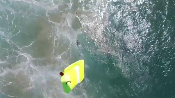 بالفيديو: في عملية هي الأولي من نوعها طائرات دون طيار تنقذ سباحين وسط الأمواج في أستراليا