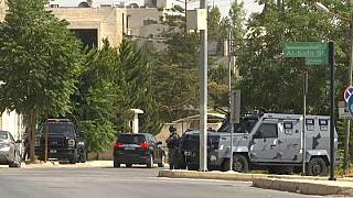 أفراد من الشرطة الأردنية قرب مقر السفارة الإسرائيلية في العاصمة عمان