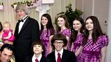 Familienfoto: scheinbar heile Welt bei einem erneuten Ehegelöbnis