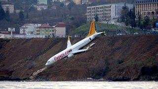 عملية انتشال الطائرة التركية بعد انحرافها عن مسارها