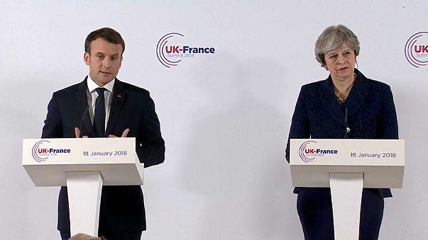Macron İngiltere'de May ile görüştü