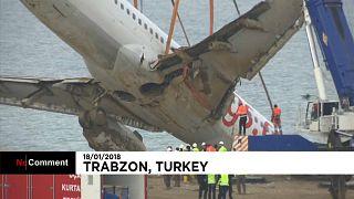 """Gruas resgatam avião """"encalhado"""""""