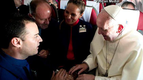 Папа римский обвенчал влюбленную пару на борту самолета