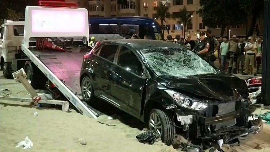 Im Sand des Strandes der Copacabana kam das Auto zum Stehen.