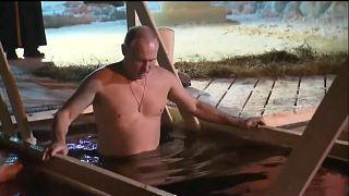 С головой в прорубь: в России отмечают Крещение