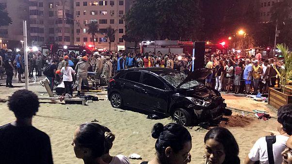 مقتل طفل وجرح 15 شخصاً في حادث دهس بشاطئ كوباكابانا