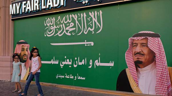 صورة الملك سلمان بن عبد العزيز وولي العهد محمد بن سلمان على حائط
