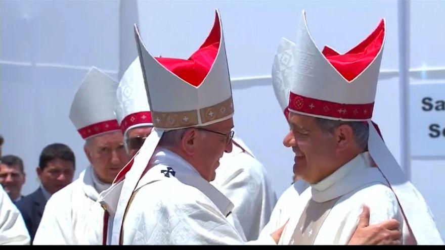 El papa saluda al obispo Juan Barros durante su visita a Chile