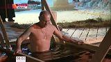 Putin si immerge nelle acque gelide di un lago nei pressi di Mosca