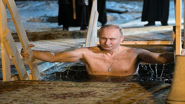 بوتين يحتفل بعيد الغطاس في بحيرة متجمدة