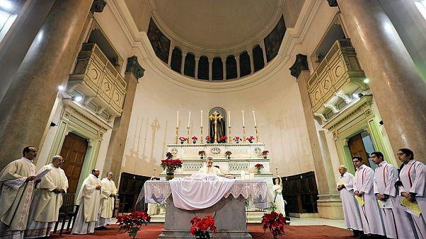 Papaz bağış için kilisenin kapısına pos makinesi kurdu
