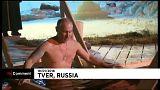 Putin cumpre tradição de banho gelado