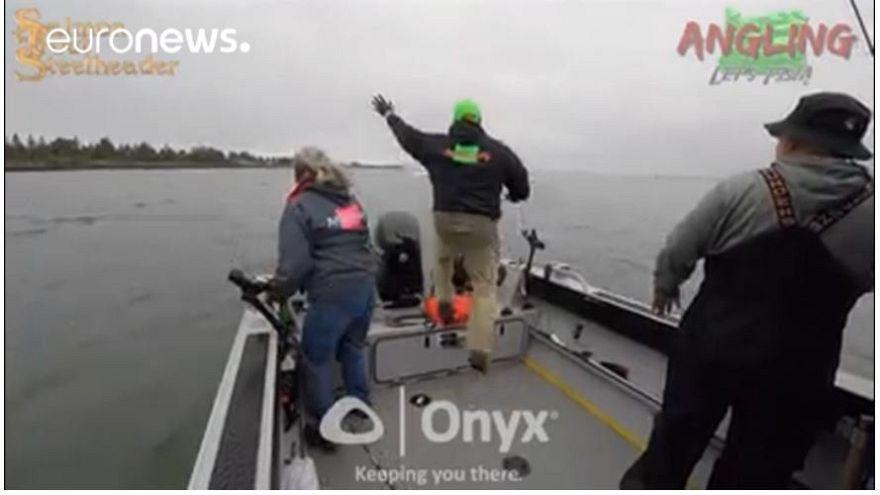 Balıkçılar son anda denize atlayarak ezilmekten kurtuldu
