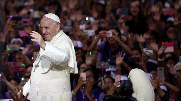 Papa Francisco acena à multidão já em Lima, no Peru