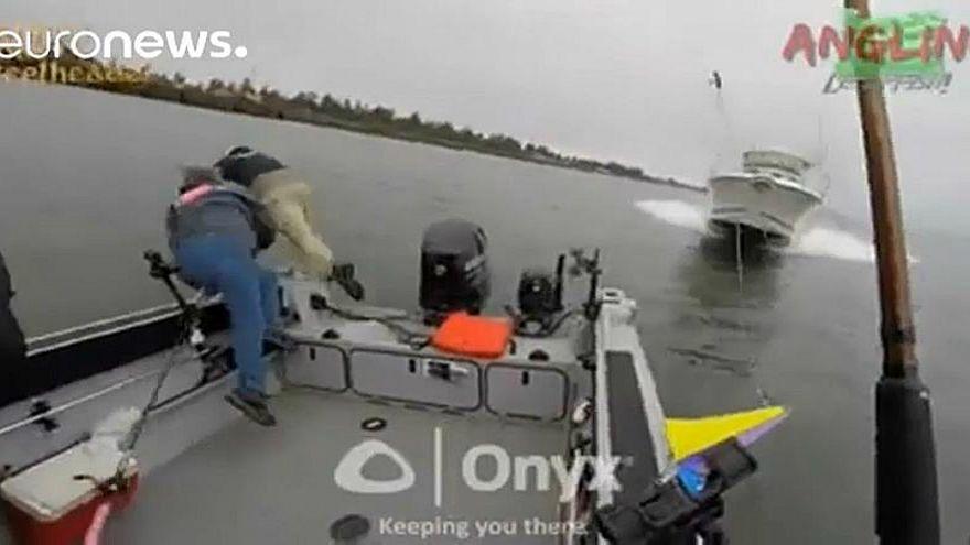 شاهد: صيادون يتفادون الموت بأعجوبة
