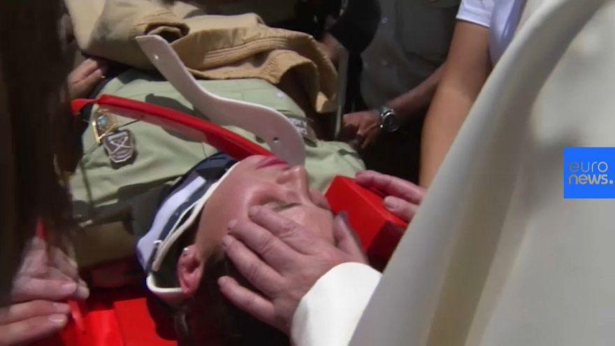 Francisco para el papamóvil para ayudar a una policía accidentada