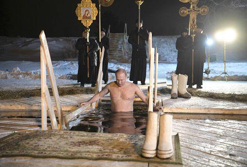 Eisbad in Russland: Orthodoxe feiern Taufe Jesu'
