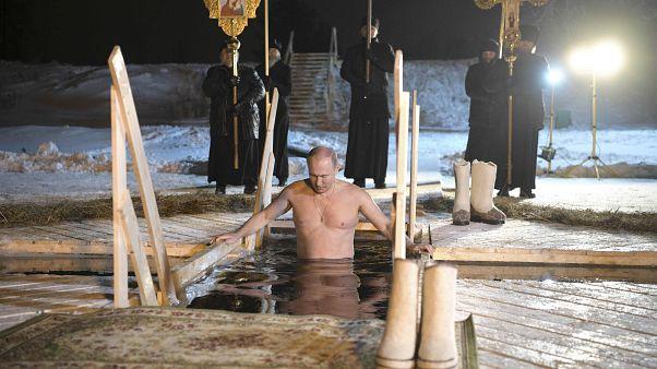 Ein Teilnehmer der russischen Eistaufe