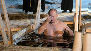 Putin nimmt Eisbad am Epiphaniafest