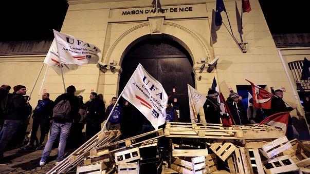 Fransa'daki gardiyanlar daha iyi çalışma koşulları için greve gitti