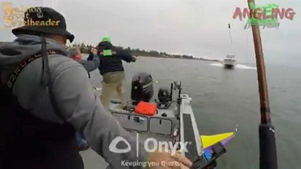 Pescatori si lanciano in acqua poco prima dello schianto con un'altra barca