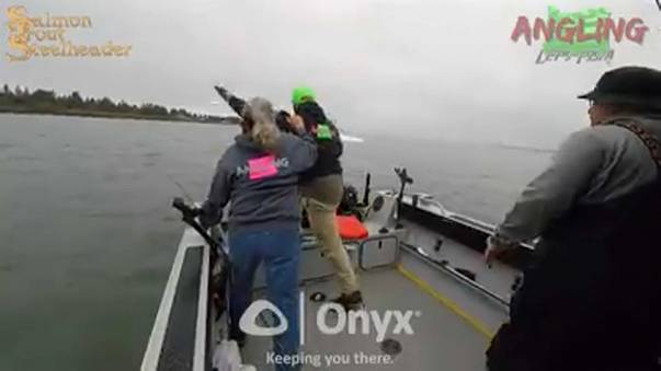 Vídeo: Pescadores saltan por la borda momentos antes de ser embestidos