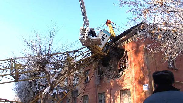 Башенный кран упал на жилой дом