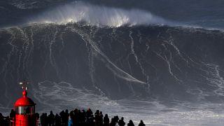 Des vagues de folie surfées à Nazaré