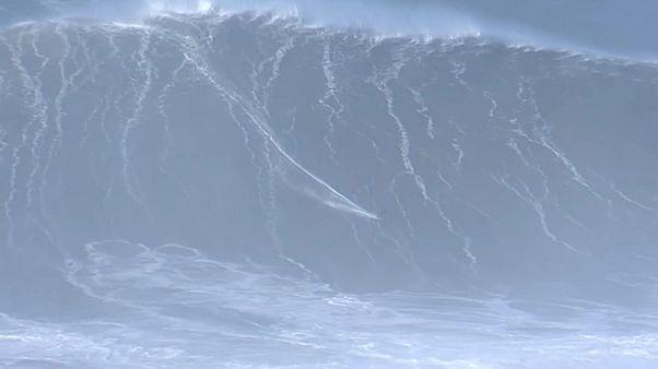 شاهد: راكبو الأمواج الخطيرة يواجهون وحش الماء وسط البرتغال