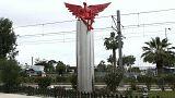 """بعد إقامة تعاويذ لطرد الأرواح الشريرة..متظاهرون يسقطون تمثال """"الشيطان"""" في أثينا"""