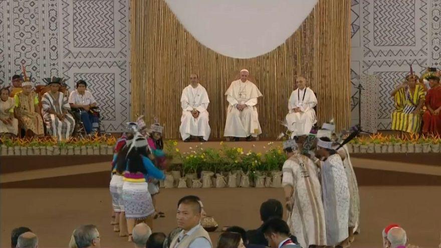 El papa arremete contra la explotación de indígenas y mujeres