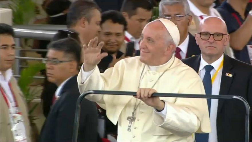 Papa Francis Amazon yerlileriyle buluştu