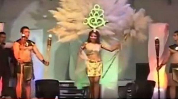 Güzellik yarışmasında kraliçe adayı podyumda bir anda alev aldı