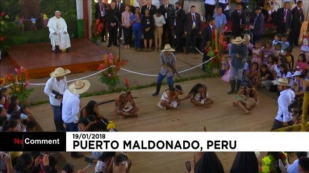 El Papa visita a niños indígenas en Perú