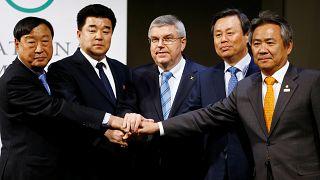 Representantes das diferentes delegações selam o acordo histórico