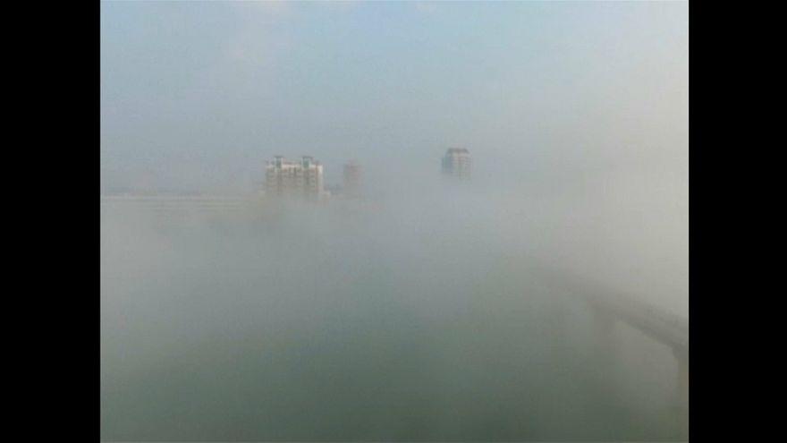 """La espesa niebla """"se traga"""" varias ciudades del este de China"""