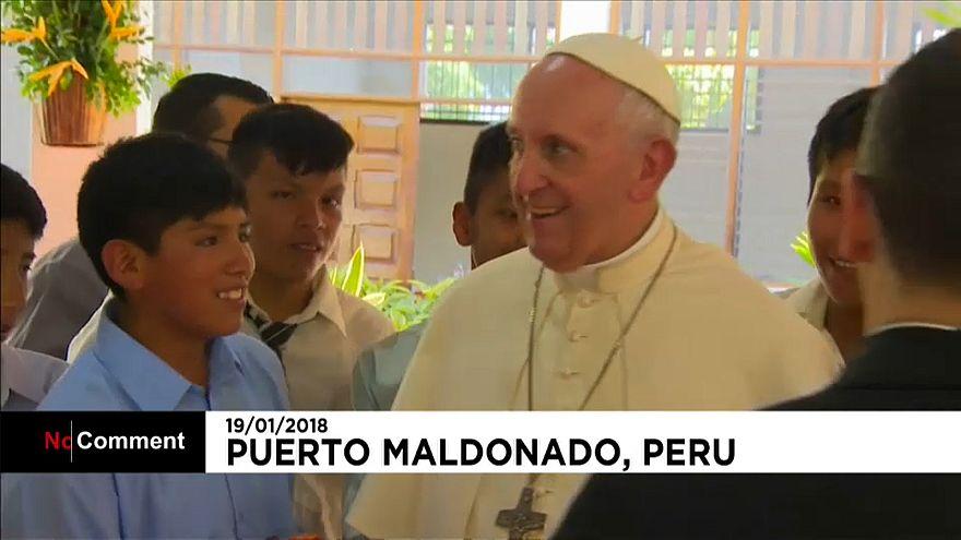 Papa encontra-se com crianças da Amazónia