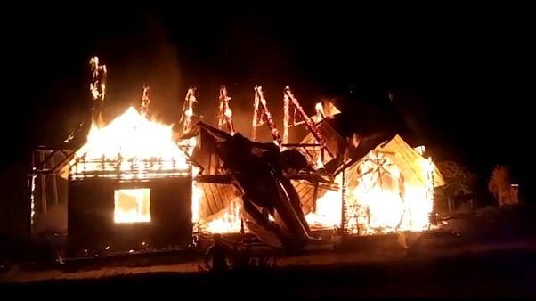 شاهد .. إضرام النار في كنيسة ثانية في تشيلي ضد زيارة البابا