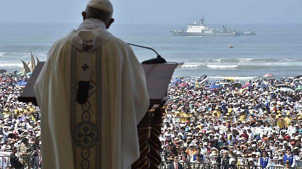 Papa'dan Peru'da kasırgazedelere ziyaret
