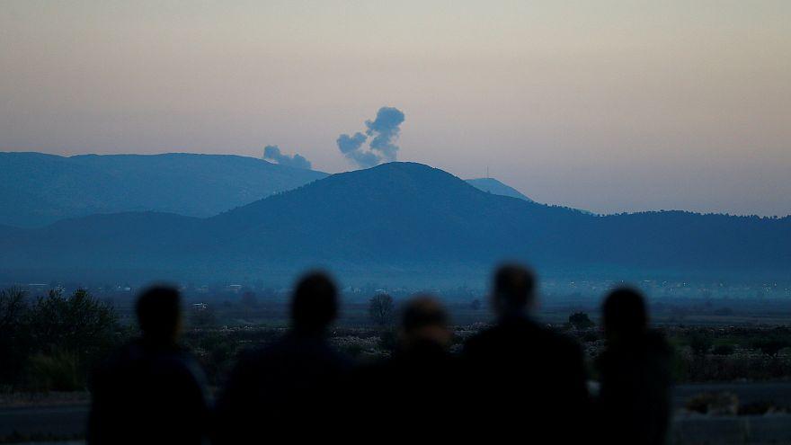 Rauch steigt über der syrischen Region Afrin auf.