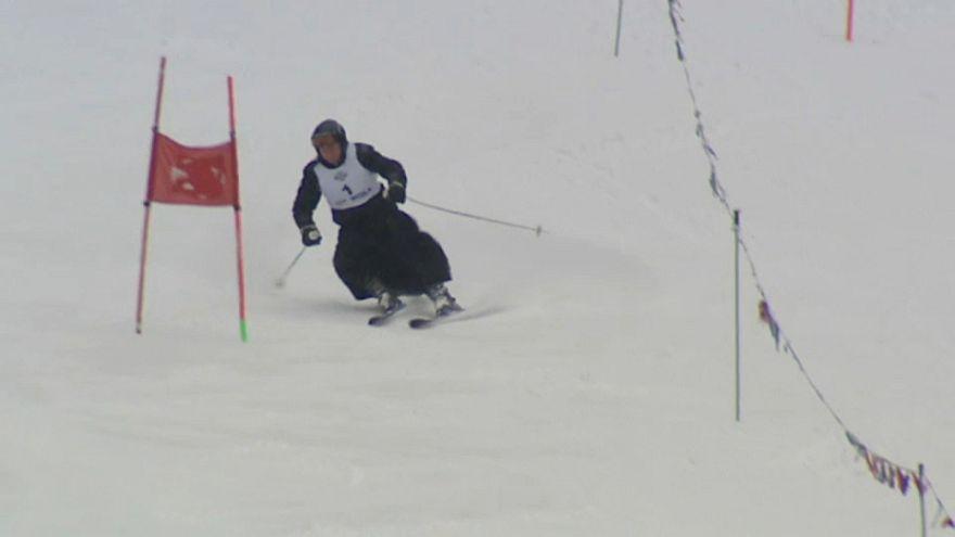 شاهد:رهبان بولنديون يتزلجون بملابسهم الرسمية