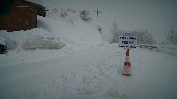 Ismét falvakat zárt el a hó Svájcban