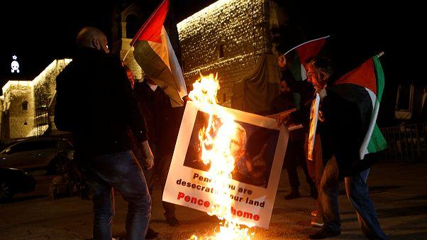 Palästinenser verbrennen ein Bild von US-Vizepräsident Pence.