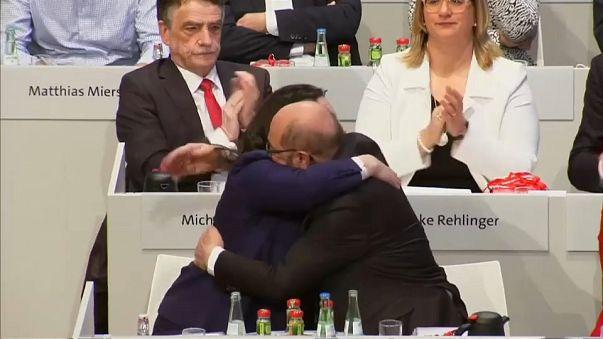 """Germania, il """"sì"""" dei socialdemoctratici alla coalizione"""