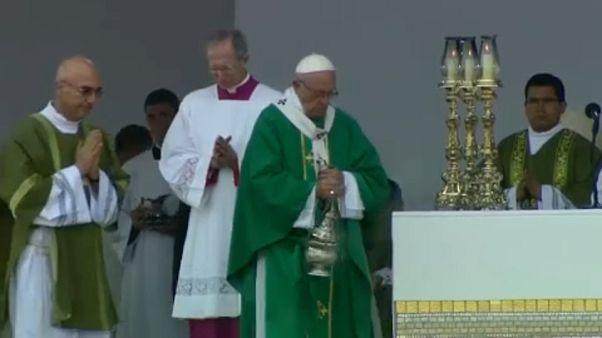 Papa Francis Peru'ya yaptığı ziyareti tamamladı