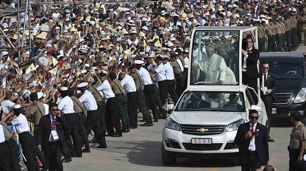 Perù, bagno di folla per il saluto a Papa Francesco.