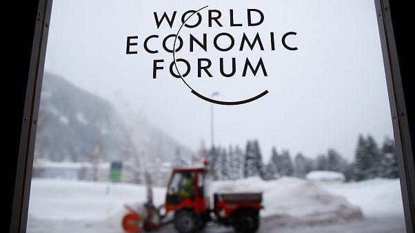 Il WEF si apre con la neve