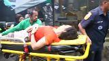 Una mujer herida es evacuada en una camilla