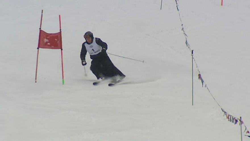 Priester auf Skiern beim Papst-Cup