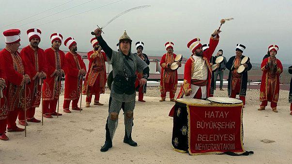 نمایش گروه مهتر به سبک عثمانیها در مرز ترکیه و سوریه